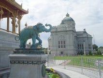 Anantasamakom Ruen Yod Bar Mungkalanusaranee i tronu pawilon pod jaskrawym niebieskim niebem Zdjęcie Royalty Free