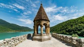 Ananuri,乔治亚- 2015年8月5日:从Ananuri、一个教会和城堡复合体的看法从乔治亚 免版税库存图片