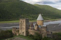Ananuri fästning med kyrkan nära Tbilisi, Georgia Royaltyfri Fotografi