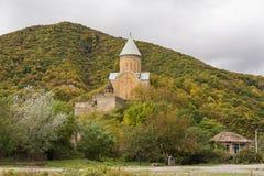Ananuri fästning som omges av höstskogen arkivfoto