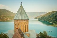 Ananuri forntida kyrklig slott i georgia afton Arkivfoto