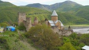 Ananuri - fortaleza medieval da defesa na estrada militar Georgian filme