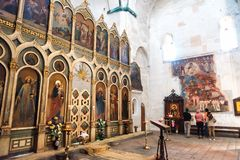 Ananuri, Geórgia - 21 de abril de 2017: Interior da fortaleza e da igreja Ananuri, estando na costa do reservatório Zhinvali g Imagem de Stock Royalty Free