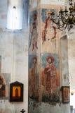 Ananuri, Georgia - 21 de abril de 2017: Interior de la fortaleza y de la iglesia Ananuri, colocándose en la orilla del depósito Z Imagenes de archivo