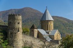 ANANURI, GEORGIA - 30 DE SEPTIEMBRE DE 2016: la fortaleza en la carretera militar georgiana, 70 kilómetros de Ananuri de Tbilisi Foto de archivo