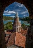 Ananuri kyrka mot härligt landskap Arkivfoto
