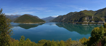 Ananuri lake_panorama Royalty Free Stock Photography