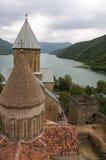 Ananuri slott, en medeltida slott och kyrkakomplex på munkhättorna Royaltyfri Foto
