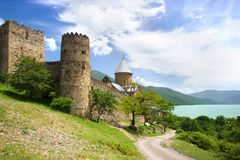 Ananurikasteel met Kerk en vesting dichtbij Aragvi-rivier in Georgië stock afbeeldingen