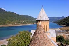 Ananurivesting met Jinvali-Meer, Republiek Georgië Stock Foto's