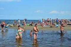 Anapa, Россия, 16-ое июля 2017 Много люди на городе приставают к берегу в месте куда река Anapka пропускает в Чёрное море в a Стоковые Фотографии RF