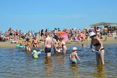 Anapa, Россия, 16-ое июля 2017 Много люди на городе приставают к берегу в месте куда река Anapka пропускает в Чёрное море в a Стоковая Фотография