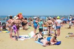 Anapa, Россия, 16-ое июля 2017 Много люди на пляже города Чёрного моря в Anapa Стоковая Фотография