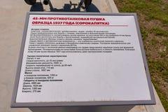Anapa Rosja, Kwiecie?, - 28, 2019: Ewidencyjny talerz opisuje 45 mm zbiornika pistolet 1937 czterdzie?ci pi?? w parku wojskowy zdjęcia royalty free