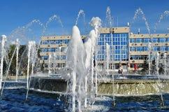 ANAPA ROSJA, KWIECIEŃ, - 30: Pracująca fontanna przed miejscowością wypoczynkową Anapa administraci budynek Fotografia Royalty Free