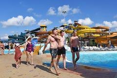 Anapa, Rosja, Lipiec, 18, 2018 Ludzie relaksują w Aquapark «Złote plaże w Anapa w Lipu zdjęcie stock