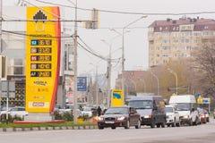Anapa, Rusia - 16 de noviembre de 2016: Compañía petrolera de soporte de los repuestos Rosneft con precios en noviembre de 2016 e Imagen de archivo