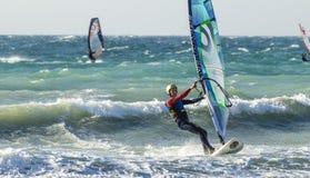 Anapa, Rusia, el 10 de diciembre de 2017: Windsurf, competencias de deportes Imagen de archivo