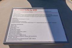 Anapa, Rusland - April 28, 2019: Informatieplaat voor de tentoongesteld voorwerp su-27P Vechter in de vloot van militaire uitrust royalty-vrije stock fotografie