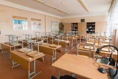 Anapa, Rusland - Januari 26, 2019: De vakanties op school, als klaslokaal omgekeerde voorzitter zijn op de bureaus stock fotografie