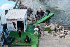 Anapa, Russia, 12 luglio, 2018 Il gruppo di operatori subacquei è ritornato dal tuffo al club d'immersione in Anapa fotografie stock