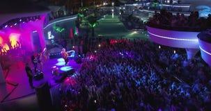 Anapa, Russland am 22. Juli 2018: Antenne: Ein Konzert einer populären Popmusikband stock video