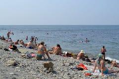 ANAPA RYSSLAND - JULI 29, 2016: Oidentifierat folk som vilar på stranden i Anapa Anapa är en semesterort på den Black Sea kusten, Royaltyfri Foto