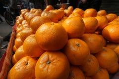 Anaranjado - fruta en el mercado callejero fotografía de archivo