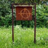 Anarchiegraffiti op de oude raad van het metaalbericht royalty-vrije stock foto's