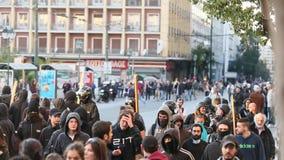 Anarchistenprotestierender nahe Athen-Universität, die von den Protestierendern besetzt worden ist stock video footage