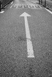 anarrow的黑白图片在路的作为标号 图库摄影