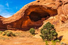 Anasazi grottaboningar som byggs i en sandstenklippa i monumentdalen Arkivbild