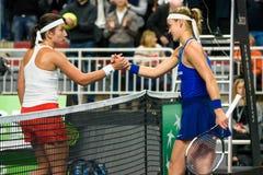 Anastasija Sevastova i Anna Karolina Schmiedlova podczas świat grupy II Round Pierwszy gry między drużynowym Latvia Sistani i dru obraz stock