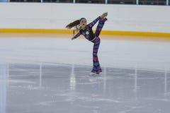 Anastasiya Kolomiets de Moldau exécute le programme de patinage gratuit de filles argentées de la classe II Images libres de droits