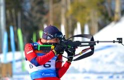 Anatoly Oskin konkurriert in regionaler Schale IBU in Sochi Stockbilder