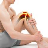 Anatomia da dor do joelho do homem novo isolada no branco fotografia de stock royalty free