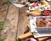 Anatra al forno e vari spuntini per la tavola di Natale Tavola rustica con la decorazione e l'alimento differente per la festa Vi immagine stock