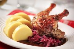Anatra di arrosto, cavolo rosso e polpette della patata Fotografia Stock