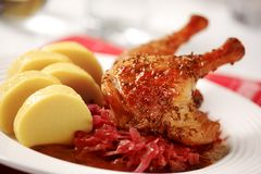 Anatra di arrosto con le polpette della patata e del cavolo rosso Fotografia Stock