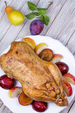 Anatra di arrosto con le prugne e le mele Fotografia Stock