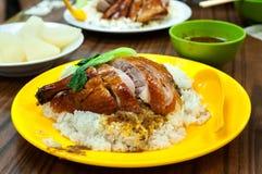 Anatra di arrosto con riso ad un ristorante locale di Hong Kong fotografia stock