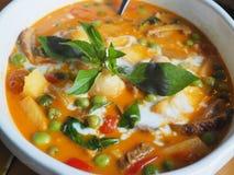 Anatra di arrosto in litchi rosso del curry Immagini Stock