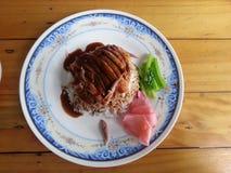 Anatra di arrosto sopra riso Immagini Stock