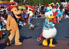 Anatra di Donald e Pluto nella parata del Disney Fotografie Stock