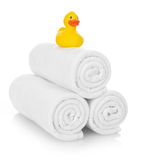 Anatra di gomma sugli asciugamani bianchi Immagini Stock Libere da Diritti