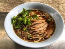 Anatra e minestra di verdura in ciotola bianca, alimento tradizionale e popolare tailandese fotografia stock