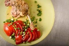 Anatra stufata con i pomodori e le cipolle verdi Immagine Stock Libera da Diritti