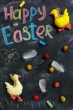 Anatre di Pasqua, uova variopinte e piume Immagine Stock Libera da Diritti