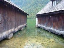 Anatre fra le costruzioni di legno al konigsee del lago Immagine Stock Libera da Diritti