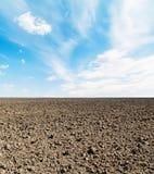 Anbaufähiges Feld und blauer Himmel Stockfotos